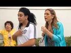 SNL: Ronaldinho Gaúcho sensualiza com fãs no ponto do ônibus